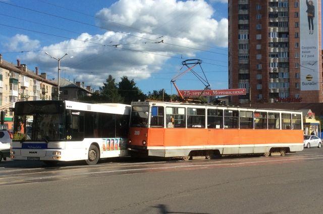На площади Дружбы автобус столкнулся с трамваем.