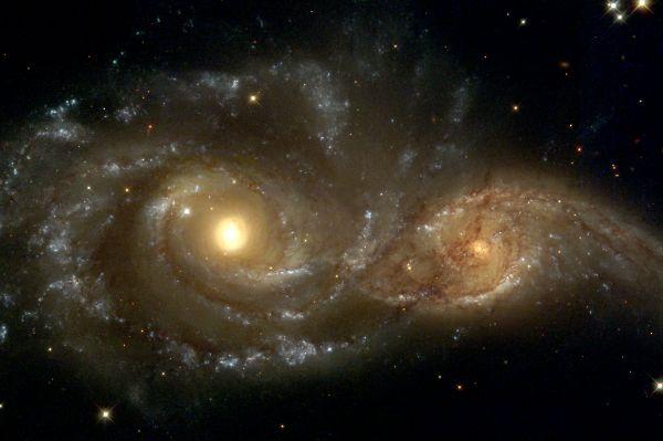 Столкновение галактик NGC 2207 и IC 2163 в созвездии Большого Пса, около 80 миллионов световых лет от Земли. В данный момент эти галактики лишь на ранней стадии слияния и пока функционируют как независимые друг от друга, но, согласно учёным, через миллиард лет они сольются в одну эллиптическую галактику.