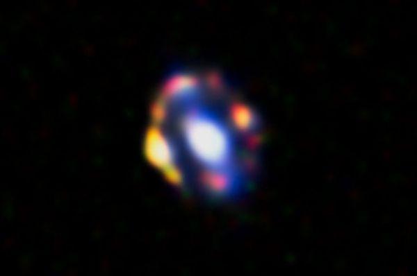 Гравитационная линза J1000+0221 это наиболее удалённый от Земли объект из всех, известных человечеству. Она была обнаружена совсем недавно, информация о ней впервые была опубликована в октябре прошлого года в астрономическом журнале.