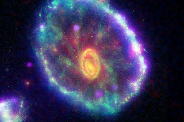 Галактика Колесо телеги. Она образовалась около двухсот миллионов лет назад в созвездии Скульптора, когда гравитация большой эллиптической галактики притянула к своему ядру меньшую по размеру.