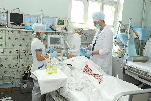 Сотни жизней ежегодно спасают врачи краевой больницы.