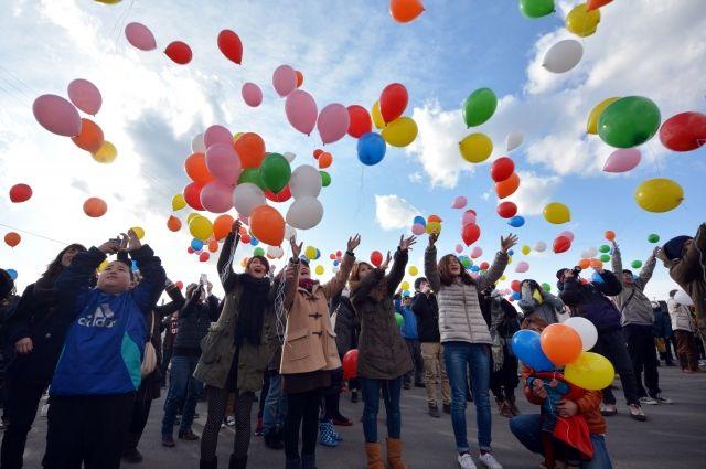 Омичи запустят в воздух воздушные шарики со своими желаниями.