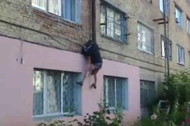 Мужчина пытался сбежать от алиментов через окно.