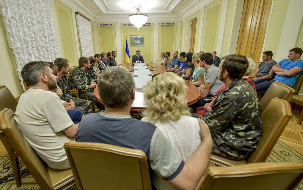 Президент Украины Петр Порошенко провел встречу с матерями и женами военных, находившихся в плену боевиков в городе Горловка