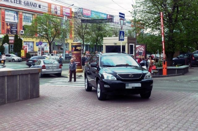 Припаркованный на тротуаре