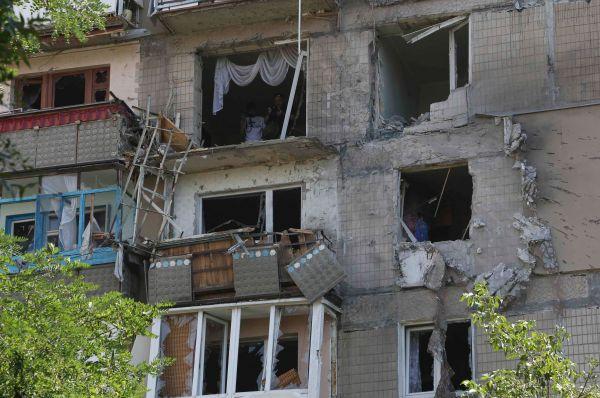 Чуть ранее пять мирных жителей погибли в результате обстрелов Луганска, состоявшихся после того, как в пятницу и субботу в городе погибли 19 человек.