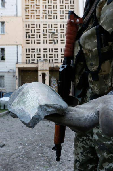 Помимо этого появились сообщения о том, что осколками боеприпасов повреждена крыша навеса и несколько инфраструктурных элементов на пункте пропуска Гуково.