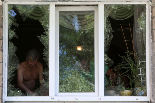 Украинские силовики, тем временем, сообщают о дезертирующих солдатах. По данным СНБО, потери силовиков на юго-востоке составляют 325 человек, однако глава МВД страны Арсен Аваков заявил, что его ведомству необходимо найти около 20 тысяч человек, чтобы восполнить потери погибших и дезертировавших.