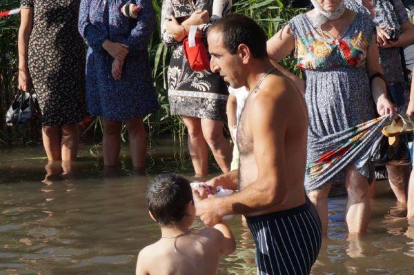 Крестится и отец, и сын