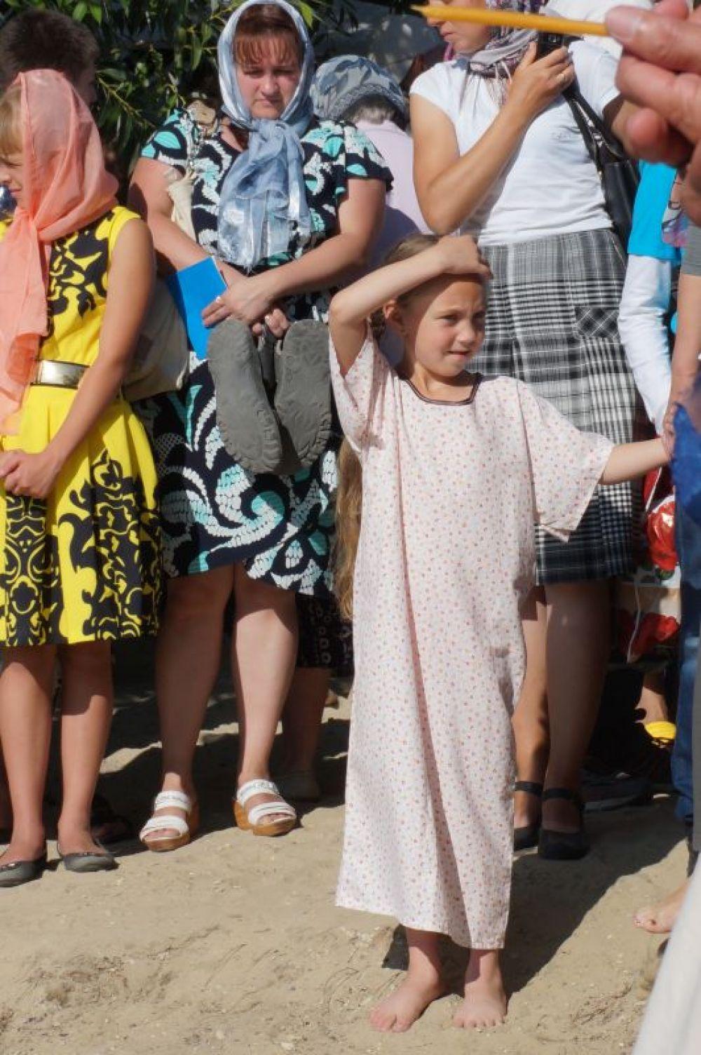 Девочке специально к событию сшили крестильную рубаху