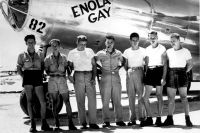 Экипаж «Энолы Гэй» с командиром Полом Тиббетсом в центре.
