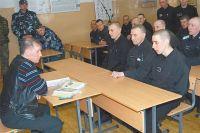Бывший зэк даёт заключённым юридические консультации.