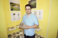 Экспонаты можно трогать руками. Этот листочек жил 300 млн лет назад.