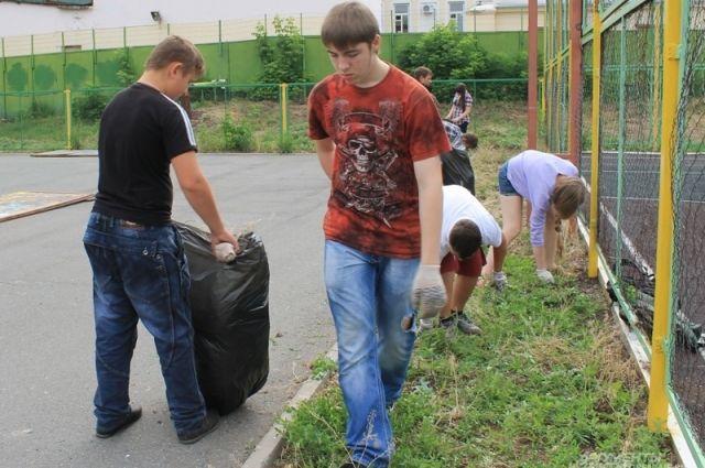 Подростки занимались в том числе и уборкой территории.