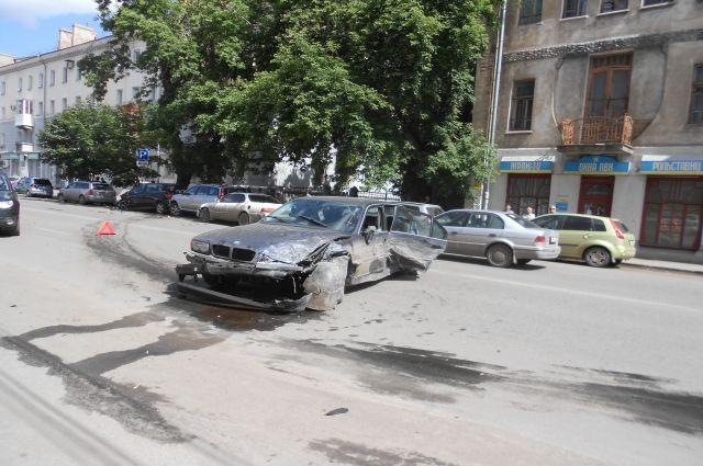 Водитель «БМВ» не смог справиться с управлением и врезался в другие машины.