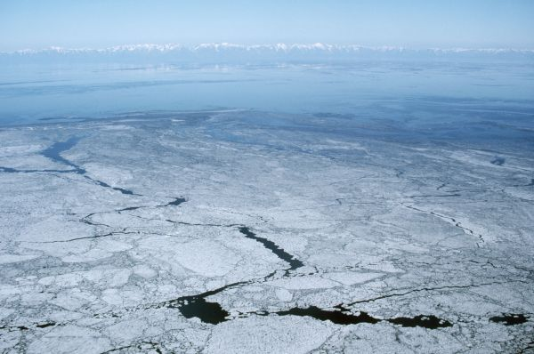 Трещины на льду Байкала в зимний период порой достигают 30 километров в длину.