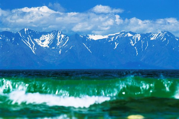 Иногда на Байкале происходят сильные штормы, в ходе которых волны достигают в высоту пяти метров.