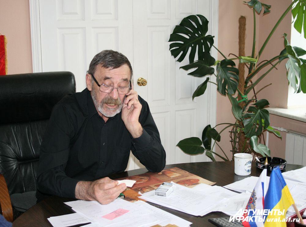Председателю правления Украинской национальной автономии Петру Степановичу Щербине постоянно звонят – то чиновники, то беженцы.