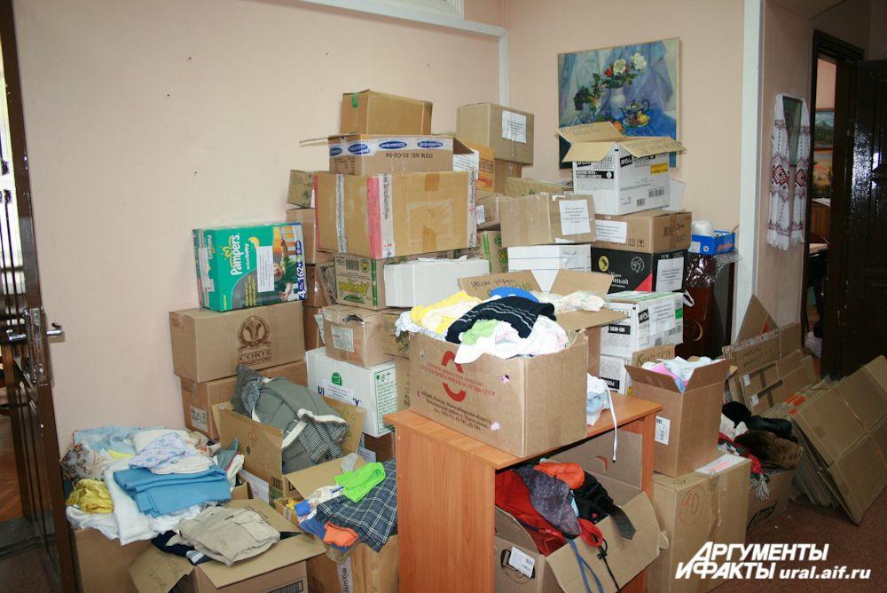 Ящики с гуманитарной помощью высятся до потолка