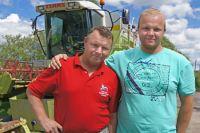 Евгений Низовских (слева) и его сын Никита чувствуют себя на земле уверенно.