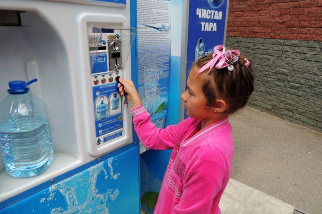 В жару рекомендуется пить больше жидкости.