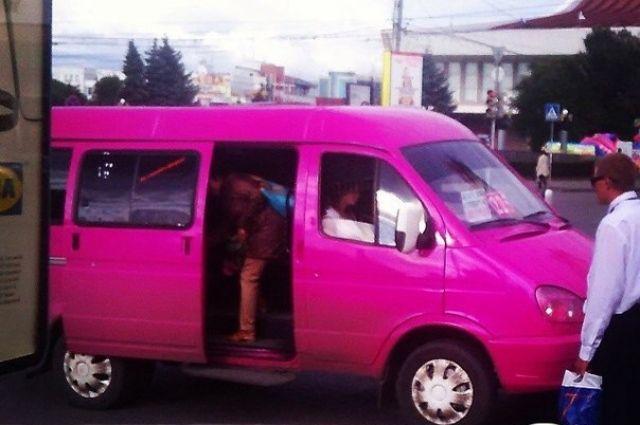 Розовая маршрутка ездит по городу Омску.