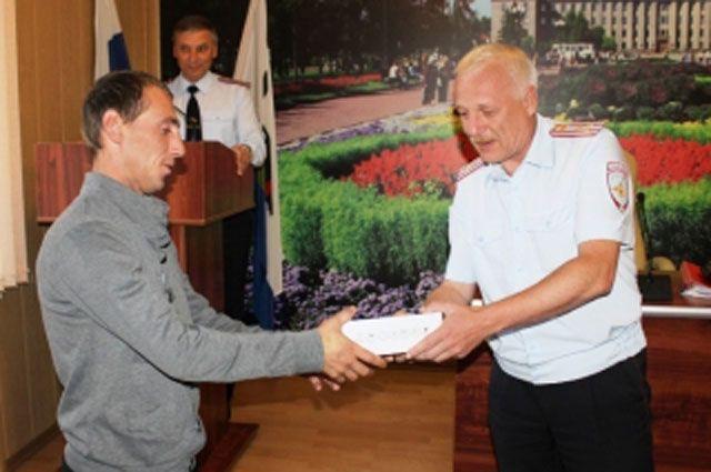 Таксисту Николаю Горяшину вручили грамоту и ценный подарок.