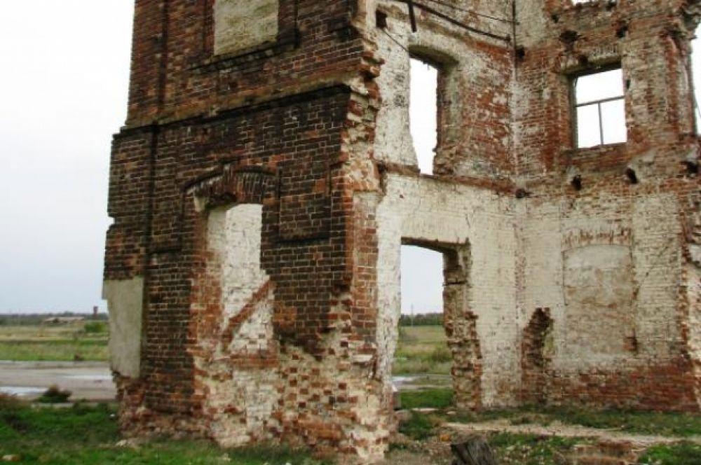Уникальное здание разрушили вандалы.