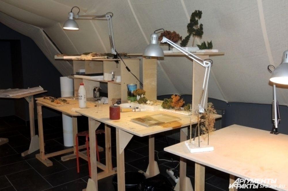 За этим столом делают фигурки для макета