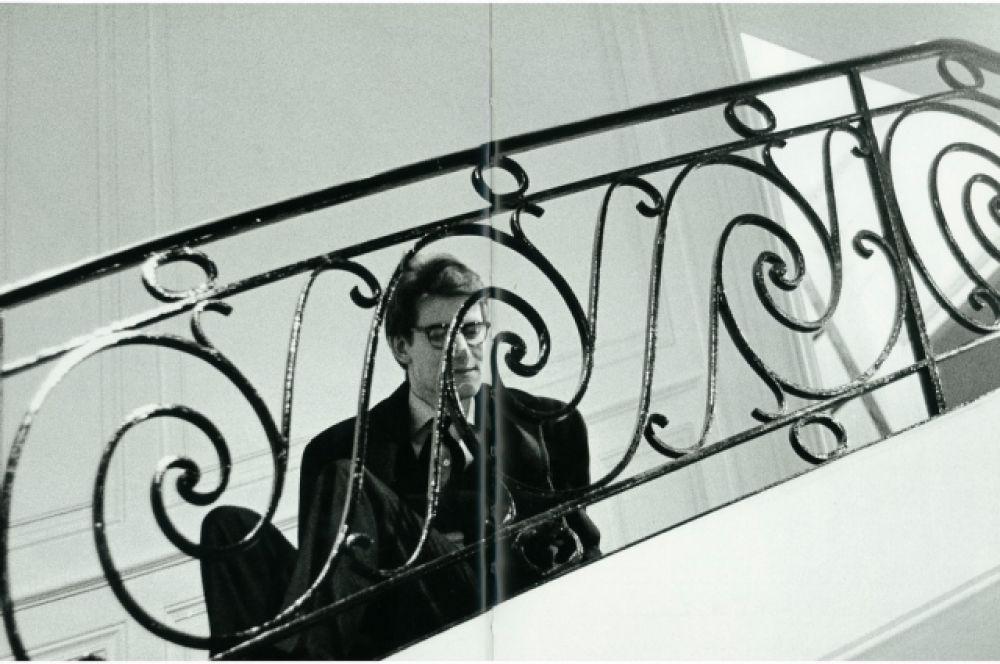 После того, как в 1960 году Сен-Лоран выпустил коллекцию «Битники» с мотоциклетными куртками и водолазками вместо сорочек, инвесторам  показались слишком революционными идеи молодого кутюрье. Они воспользовались призывом Лорана в армию и пригласили нового руководителя дома моды – Марка Боана. На фронте в Африке Сен-Лоран прослужил 20 дней, получив нервный срыв. Его лечили в психиатрической больнице с помощью электросудорожной терапии.