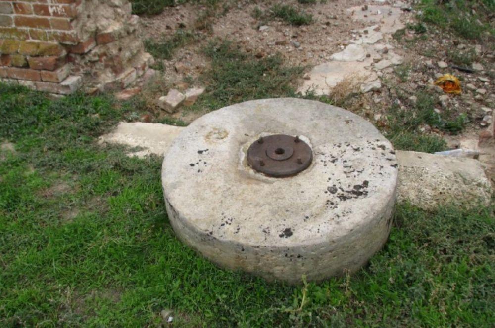Каменный жернов механического двигателя мельницы.