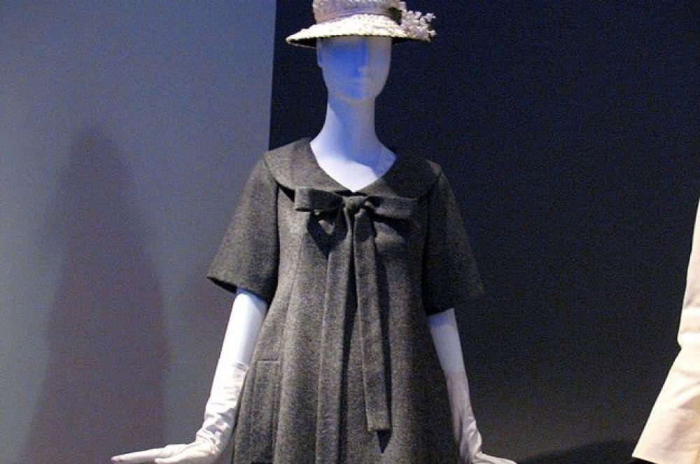 Первую коллекцию Ив Сен-Лоран выпускает в 1958 году. Она называется «Трапеция» и приносит дому Dior оглушительный успех. Вопреки ожиданиям, Сен-Лоран не наследует манеру своего учителя, создававшего коллекции женской одежды с пышными силуэтами, модельер представил публике трапециевидные платья,  открыв новое направление в моде.