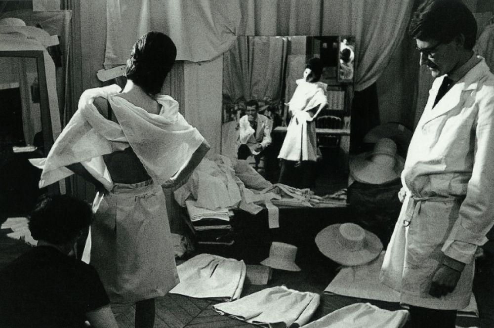 Первое признание пришло к Сен-Лорану в 1953 году. Юный француз принял участие в конкурсе молодых дизайнеров, разделив в номинации «Вечернее платье» приз с Карлом Лагерфельдом. Шеф  Vogueобращает внимание на талант Сен-Лорана и публикует в модном журнале несколько его эскизов – это лучшая рекомендация в мире высокой моды, какую мог получить 17-тилетний дизайнер.