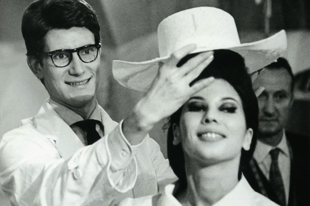 Будущий модельер родился в алжирском городе Оран в аристократической обеспеченной семье в 1936 году. Ив Сен-Лоран с детства тяготел к рисованию. Когда ему было в 17 лет,  семья переехала в Париж, чтобы Ив смог учиться рисунку.