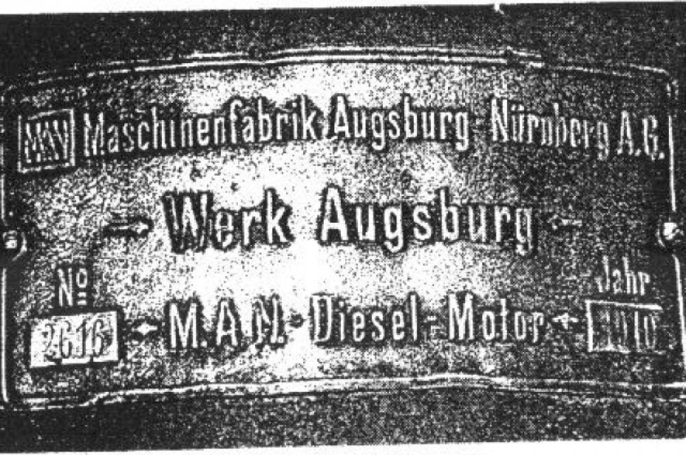 Фирменный знак завода-изготовителя M.A.N.на мельничном двигателе.