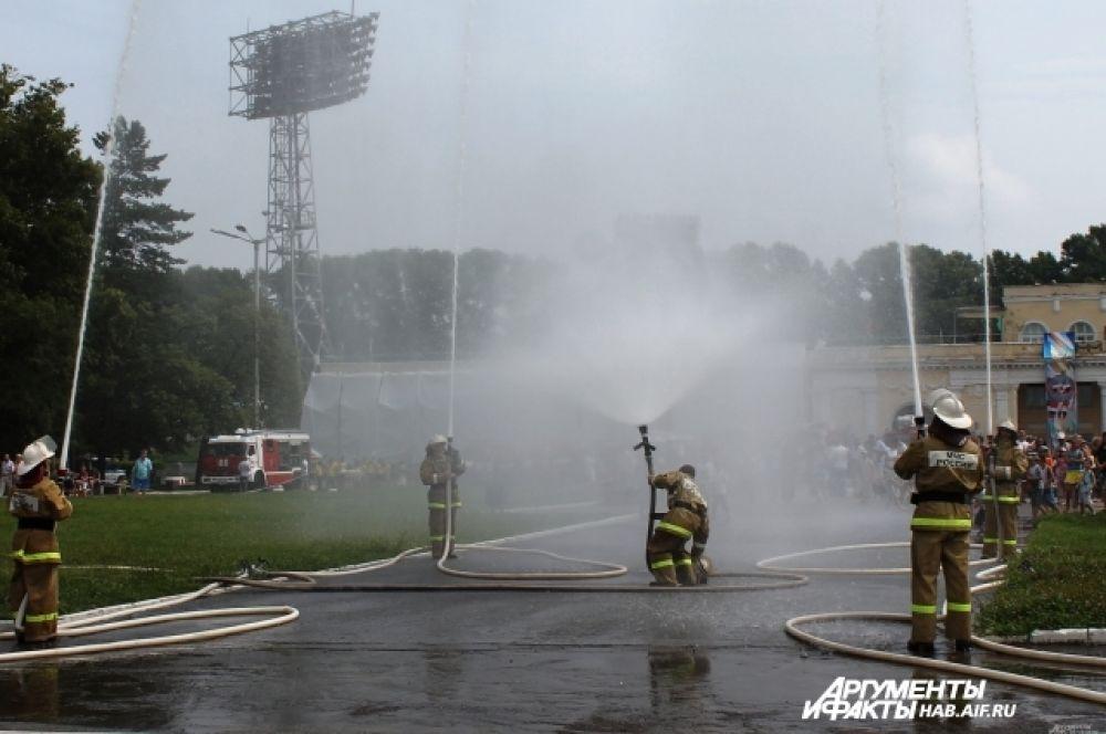 Огнеборцы играют с пожарными рукавами