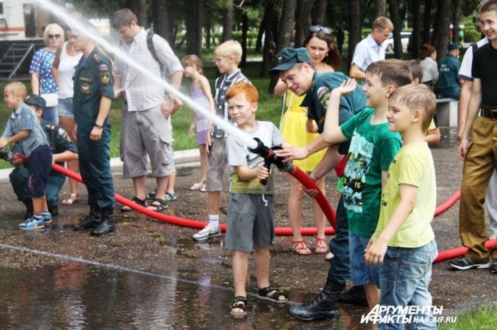 Детям лишь бы водой друг друга облить, а тут это можно делать безнаказанно