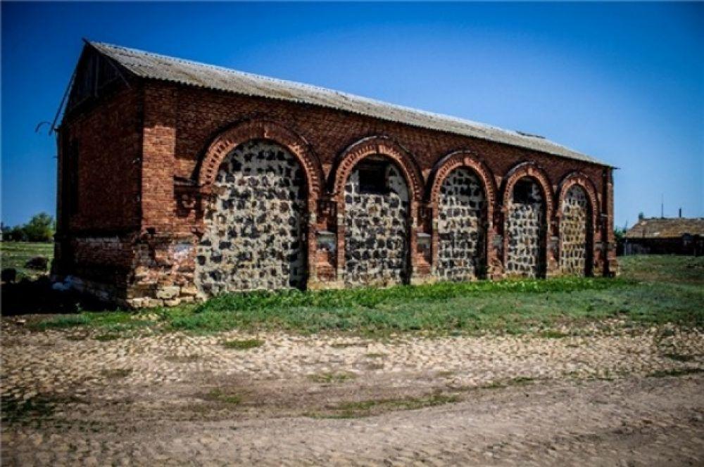 Склады спирто-водочного завода, построенного в 1886 году недалеко в нескольких километрах от мельницы.