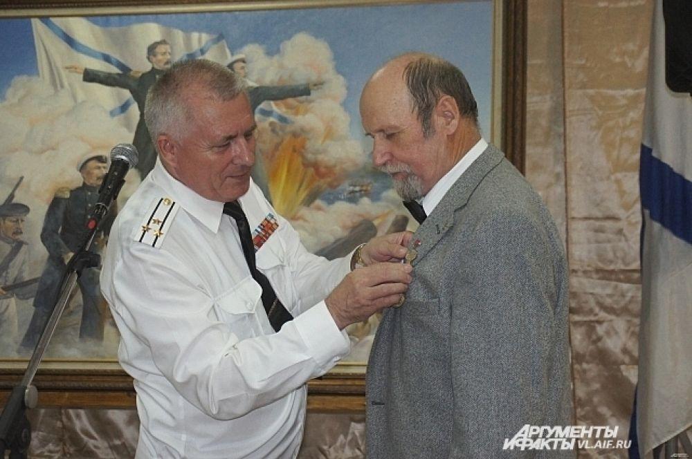 Награду вручил капитан первого ранга Анатолий Узаревич, председатель Приморского регионального отделения «Общероссийского движения поддержки флота».