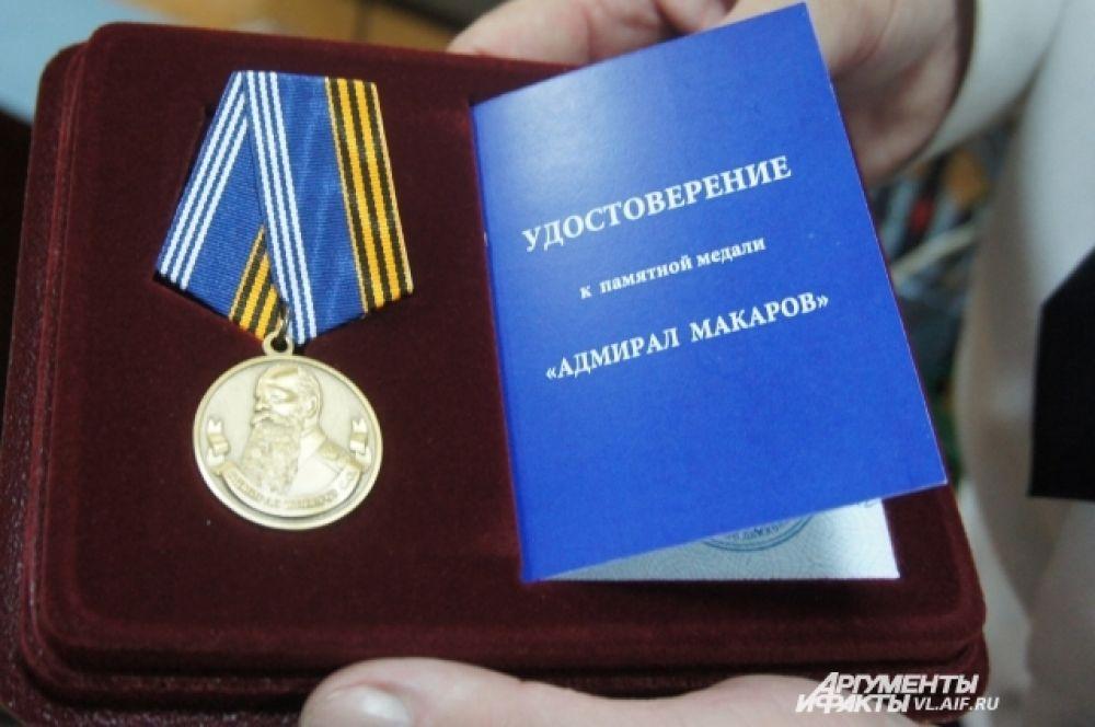 Многолетний труд художника был отмечен памятной медалью «Адмирал Макаров».