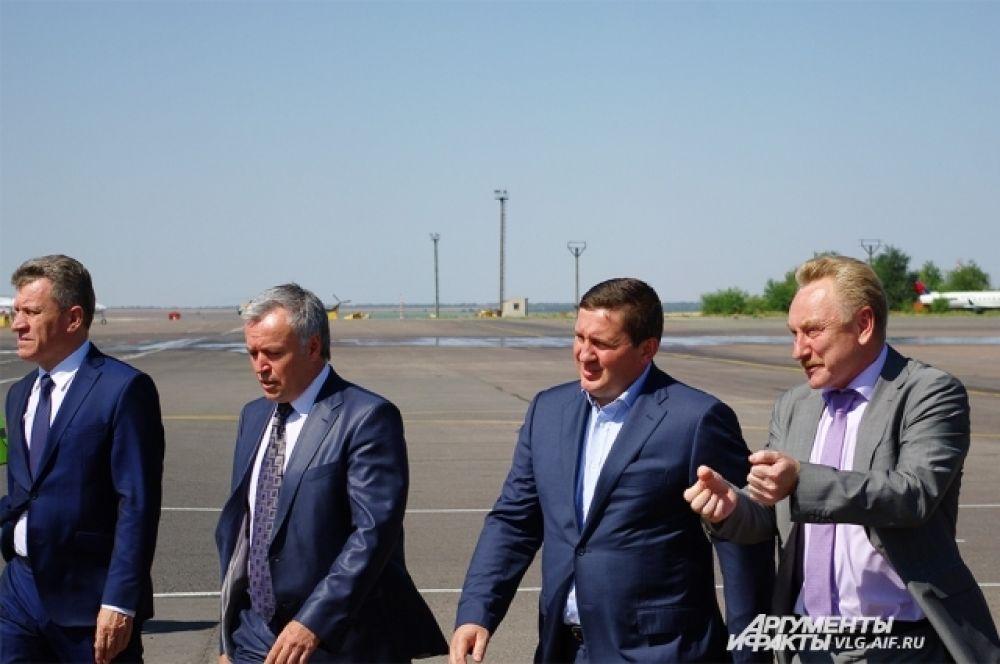 В аэропорту Волгограда первый рейс встречала официальная делегация во главе с Андреем Бочаровым.
