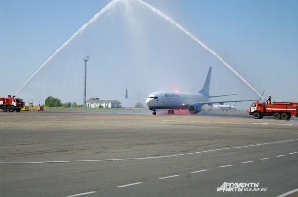 По традиции первый рейс в Волгограде встретили водяной аркой.