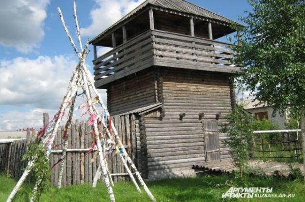 Современная смотровая башня. Раньше такие башни ставились по углам крепости, чтобы наблюдать за врагами.