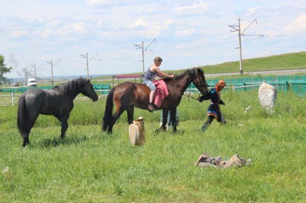 Те, кто приехал на экскурсию, получают возможность покататься на лошадях.
