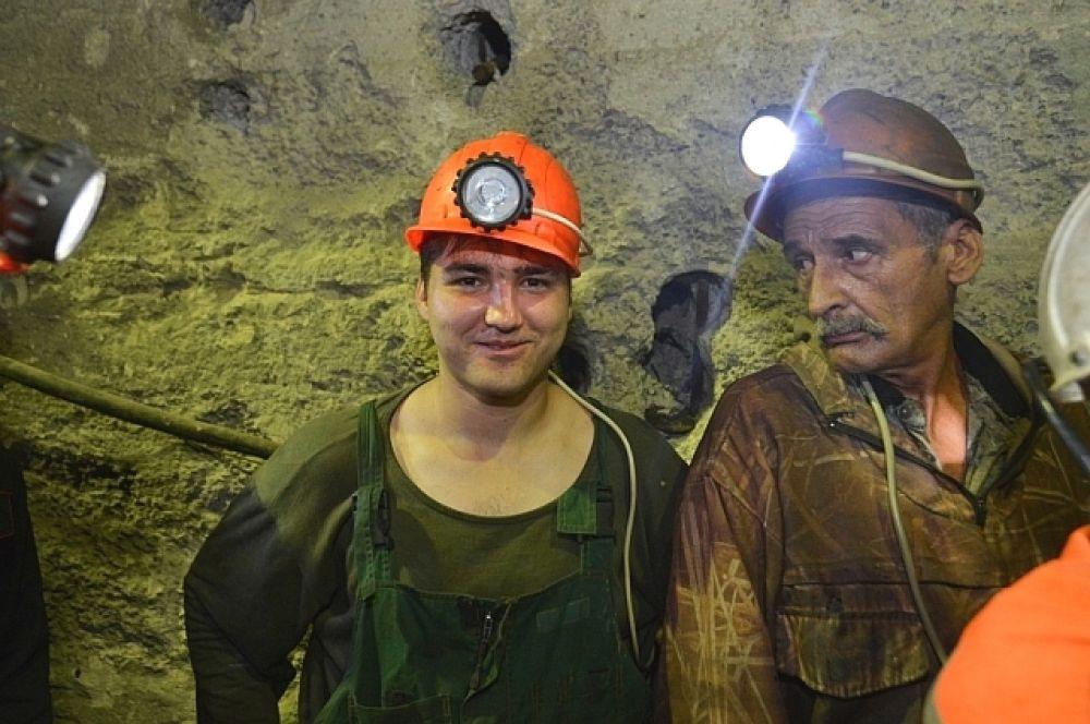 Горняки рудника «Николаевский» показали как на такой глубине работает ремонтная база для самоходной техники.