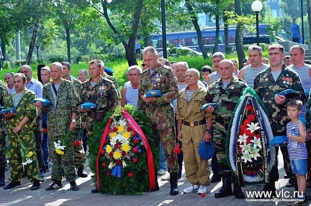 Возложение венков к памятнику приморцам, погибшим в ходе локальных войн и военных конфликтов.