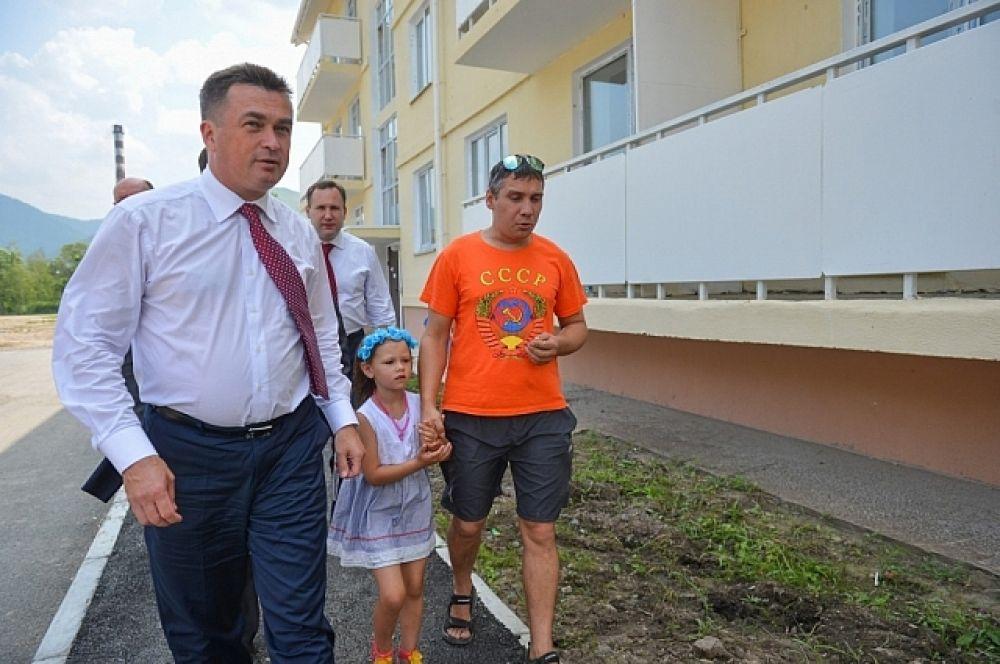 Далее глава региона посетил микрорайон «Горелое», где построено четыре многоквартирных дома.