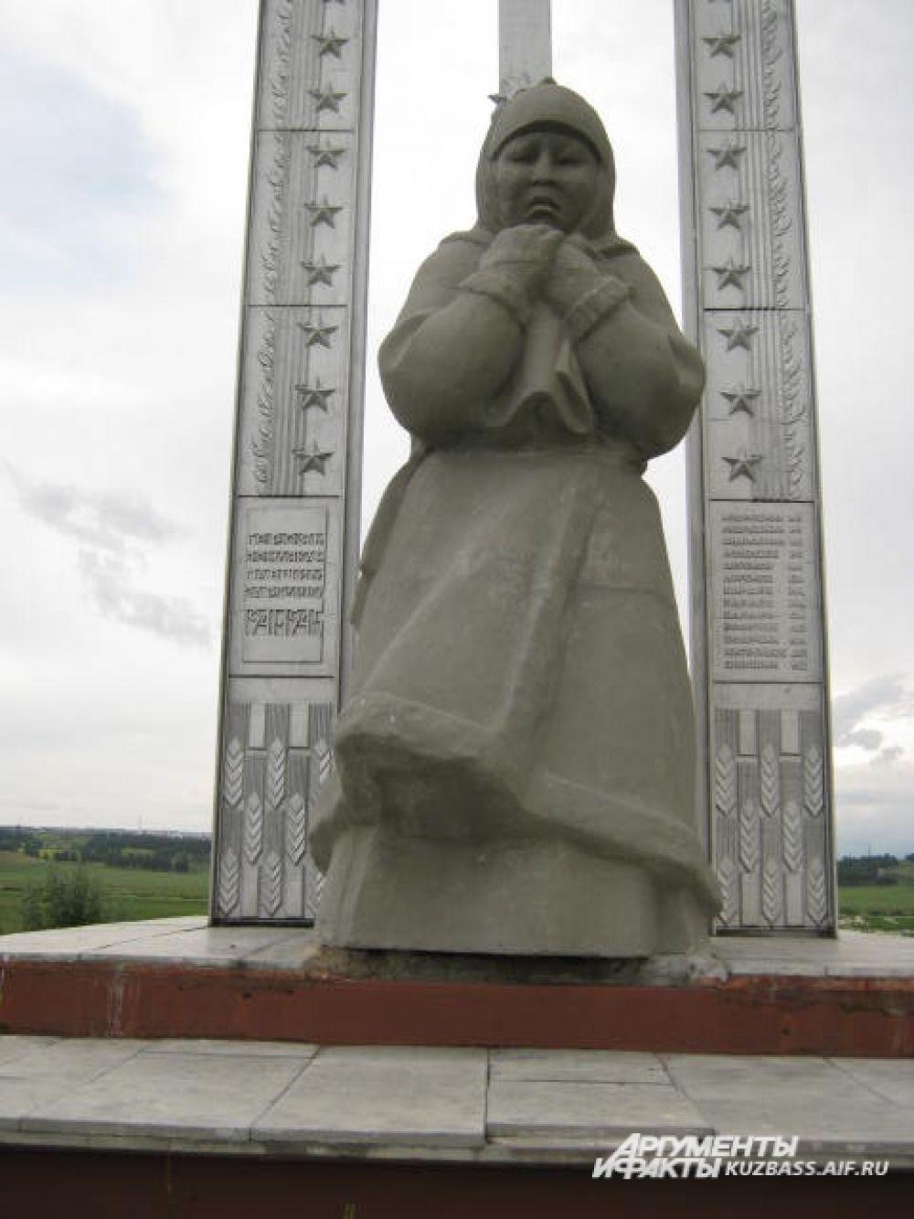 Памятник матери, которая ждёт сыновей с войны на горе Шаанту в деревне Шанда.