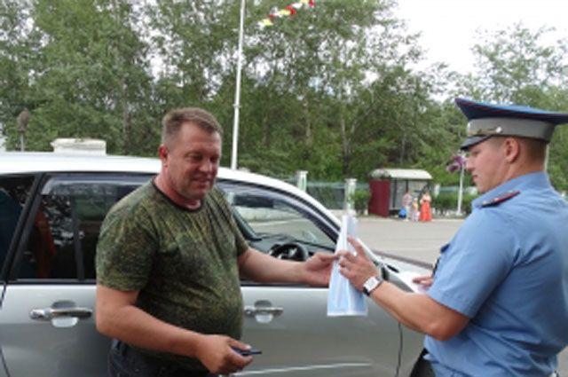 Полицейские рассказали участникам дорожного движения о возможных опасностях на дорогах и раздали памятки и листовки.