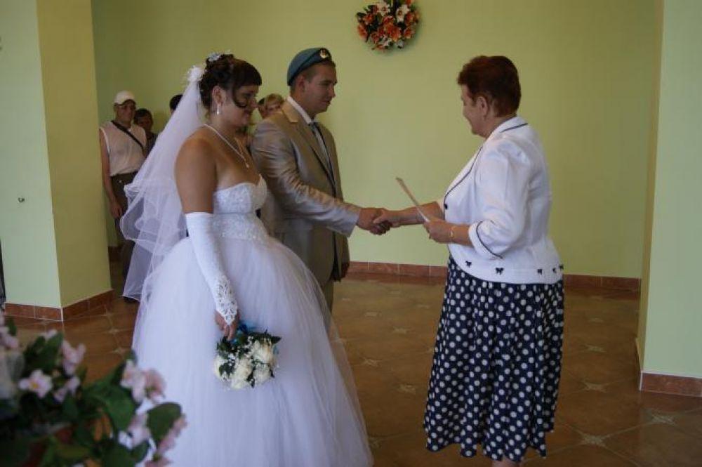 2 августа в Инзе ветеран ВДВ  зарегистрировал брак. Голубой берет на голове жениха  дань уважения к славным боевым традициям. Фото предоставлено ЗАГСом Ульяновской области.
